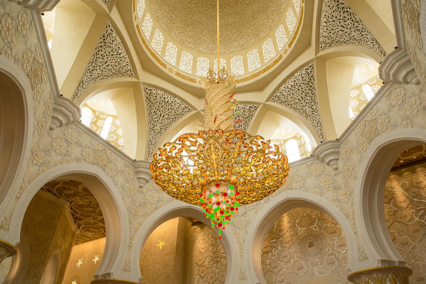 Een van de zeven kroonluchters in Sheikh Zayed Grand Mosque