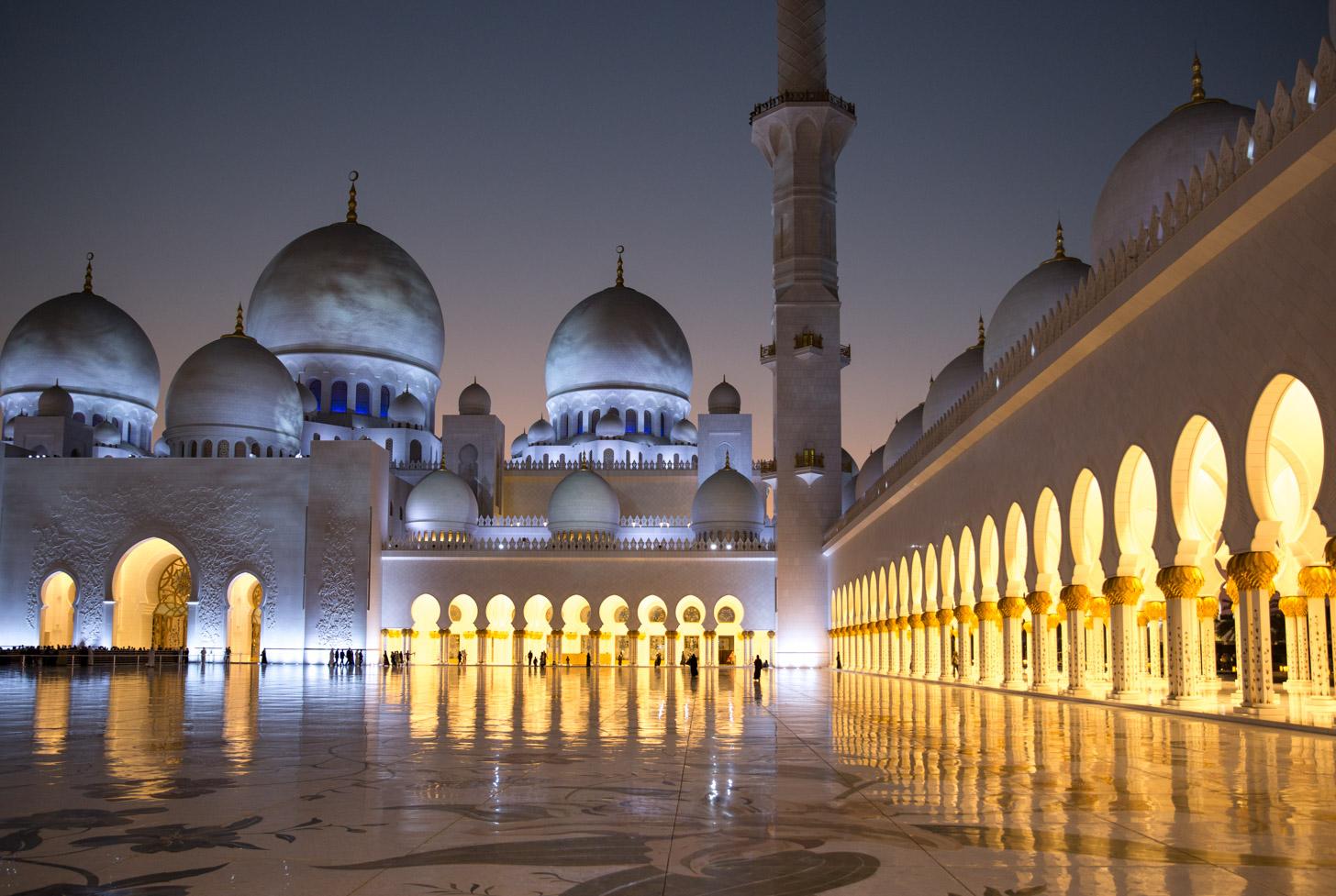 De Sheikh Zayed Grand Mosque tijdens het blauwe uurtje